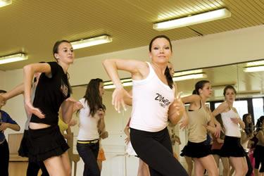 Už roky sa venujete tanečnej príprave detí a mládeže i kurzom moderných  latinskoamerických tancov pre dospelých 181088b3276